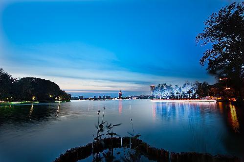 玄武湖位于南京市城中,是紫金山脚下的国家级风景区,中国最大的