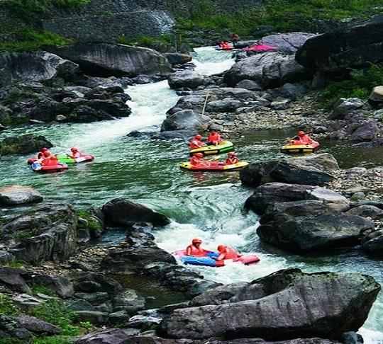 白茶谷九龙峡位于安吉天荒坪风景名胜区,天荒坪景区是一个很成熟的