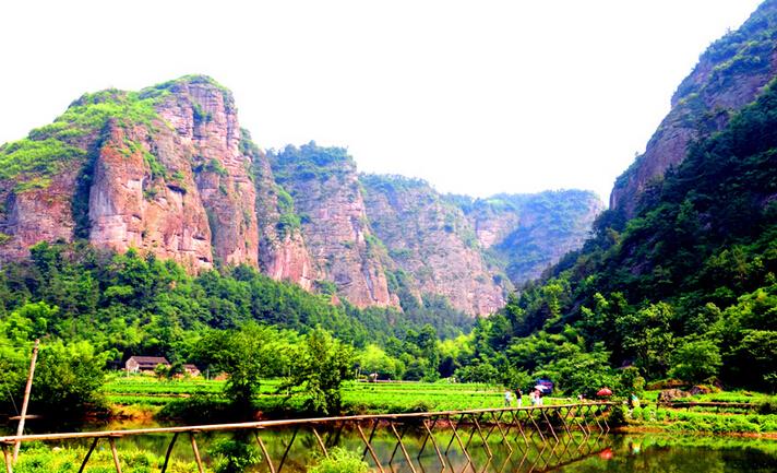穿岩十九峰位于镜岭镇雅庄村,是穿岩十九峰风景区的核心景观.